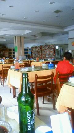 午後は地元で評判のレストランへ行きました。